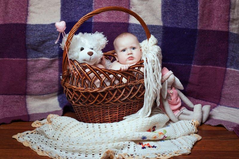 Muchacha en una cesta de mimbre imagen de archivo libre de regalías