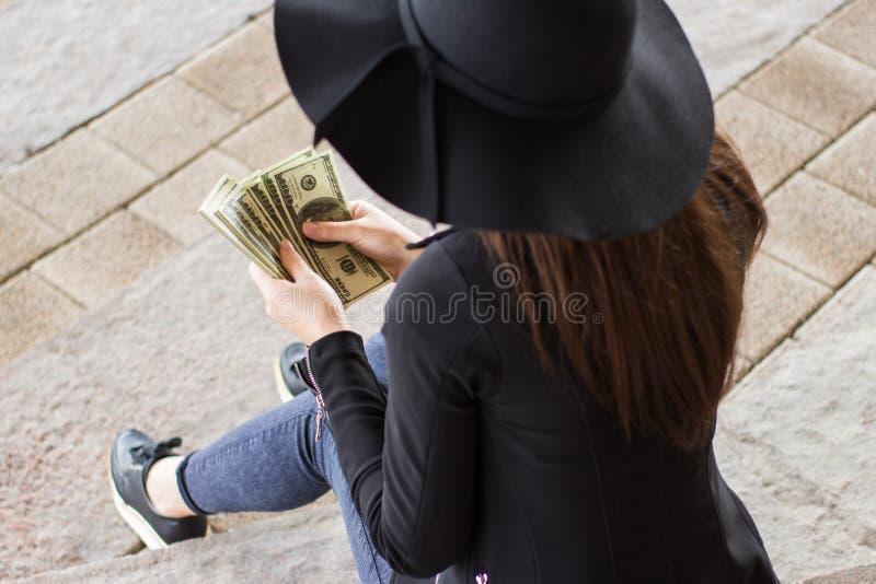 Muchacha en una chaqueta hecha a ganchillo y un sombrero negro fotografía de archivo