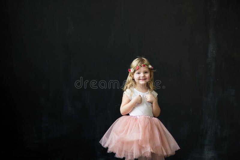 Muchacha en una falda rosada de Tulle del borrachín fotos de archivo libres de regalías