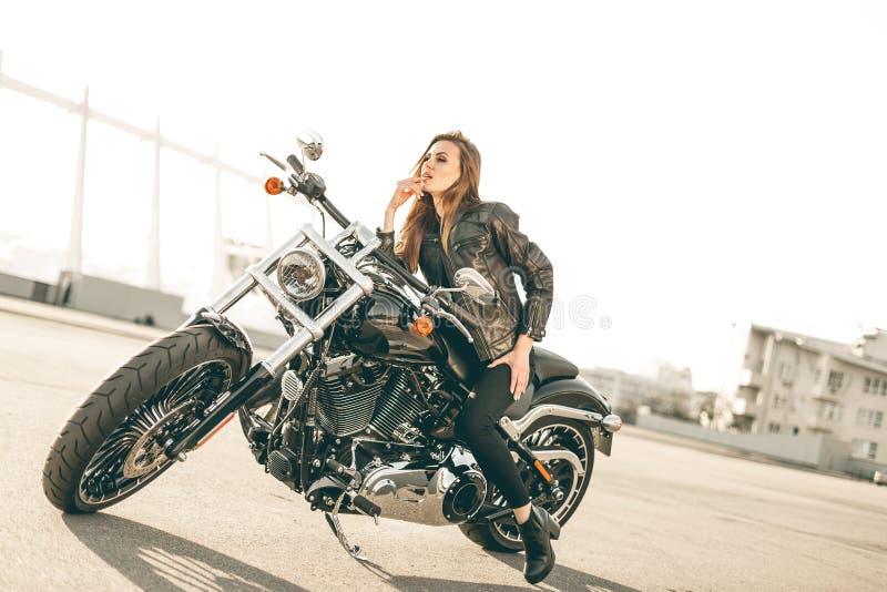 Muchacha en una motocicleta fotos de archivo