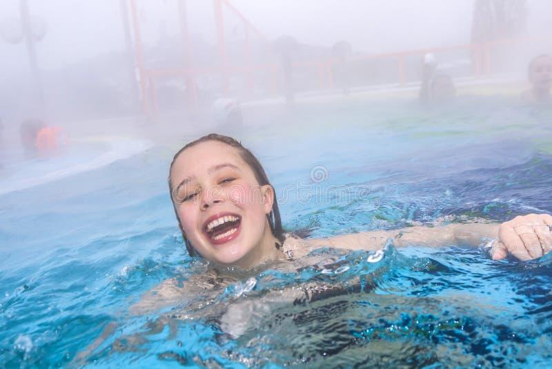 Muchacha en una piscina foto de archivo