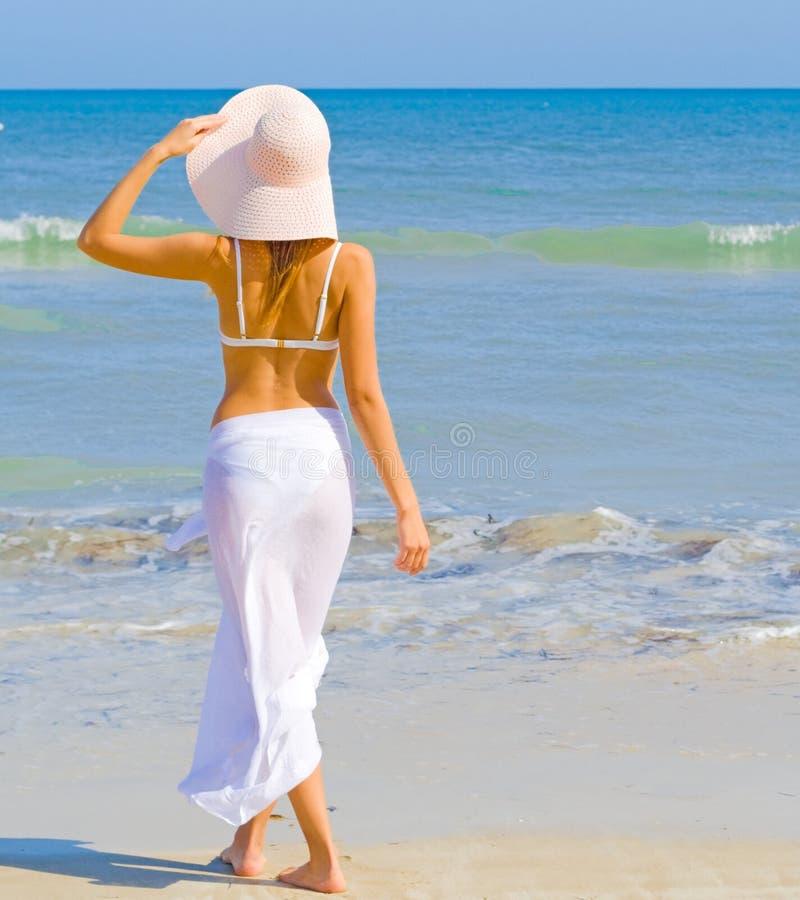 Muchacha en una playa imagen de archivo libre de regalías