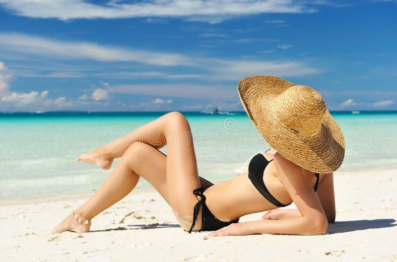 Muchacha en una playa foto de archivo