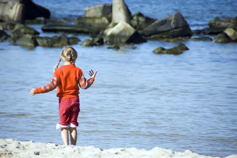 Muchacha en una playa foto de archivo libre de regalías