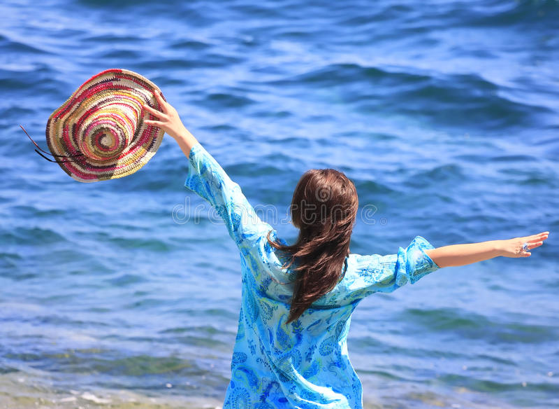 muchacha en una playa imagen de archivo