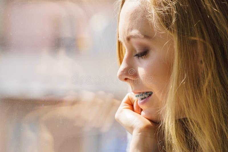 Muchacha en ventana que disfruta de día soleado imagenes de archivo