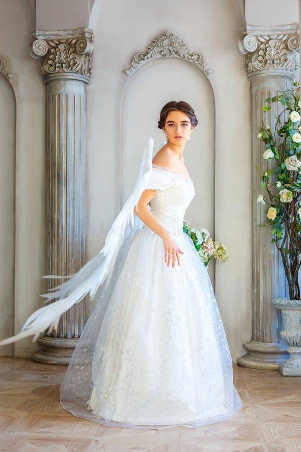 Muchacha en vestido blanco hermoso y las alas blancas, angelicales fotos de archivo