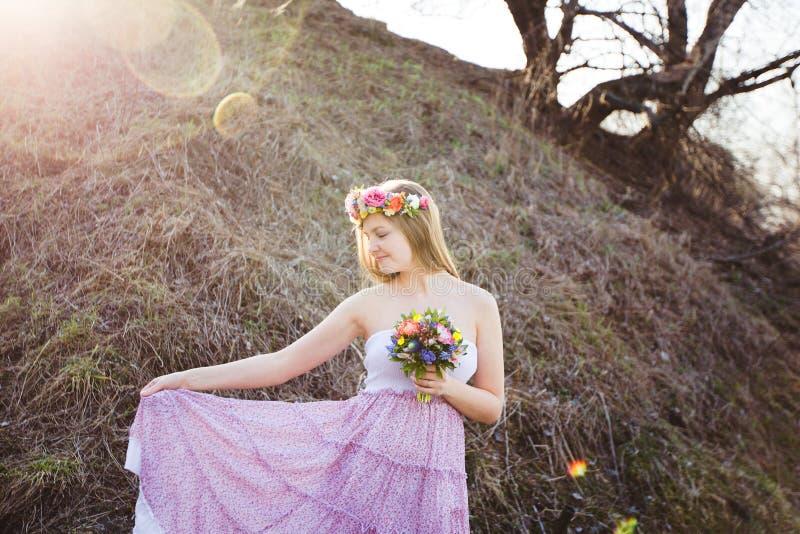 Muchacha en vestido con los lunares fotos de archivo