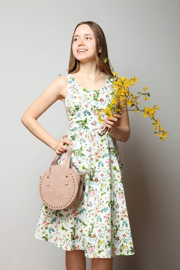 Muchacha en vestido de moda con el bolso redondo fotografía de archivo
