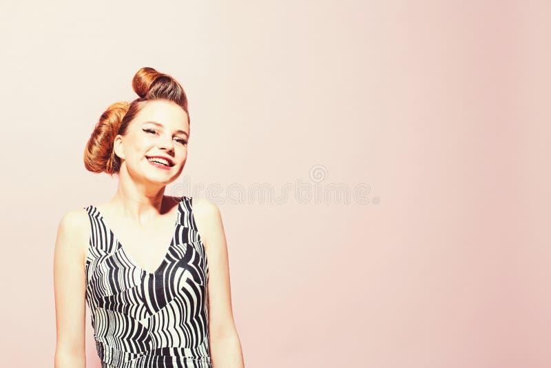 Muchacha en vestido elegante del vintage en fondo rosado fotos de archivo libres de regalías