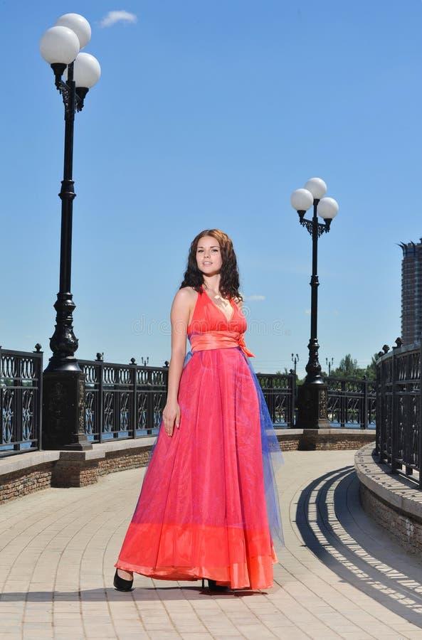 Muchacha en vestido en la calle fotos de archivo libres de regalías