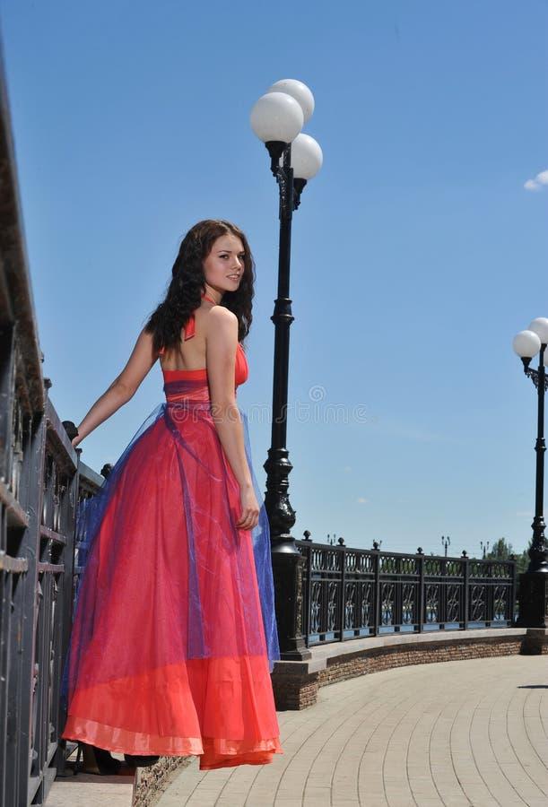 Muchacha en vestido en la calle fotografía de archivo
