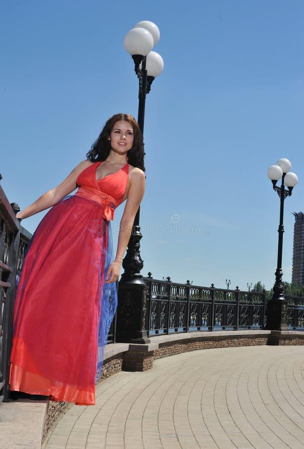 Muchacha en vestido en la calle imágenes de archivo libres de regalías