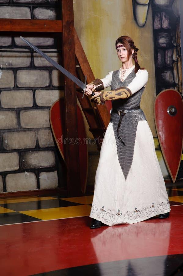Muchacha del caballero con la cuchilla larga fotos de archivo