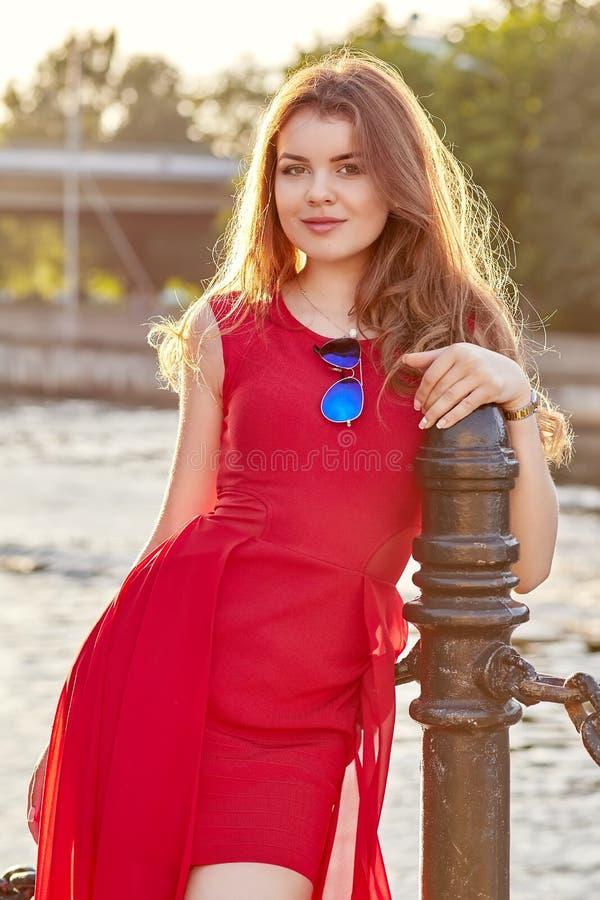 Muchacha en vestido rojo imagen de archivo
