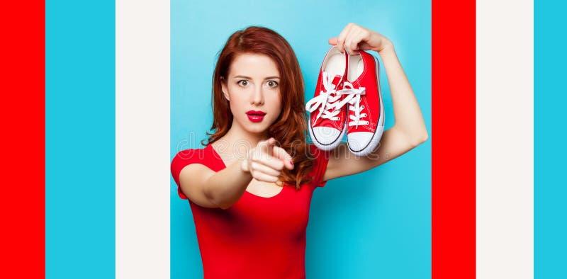 Muchacha en vestido rojo con los gumshoes fotos de archivo