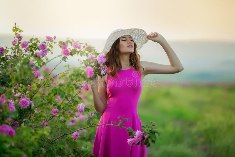 Muchacha en vestido y casquillo rosados del vintage imagenes de archivo