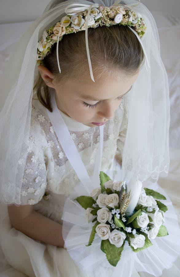 Muchacha en vestido y velo de la comunión santa fotos de archivo