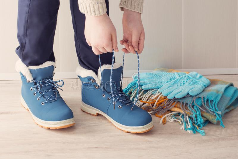Muchacha en zapatos del invierno en piso foto de archivo libre de regalías