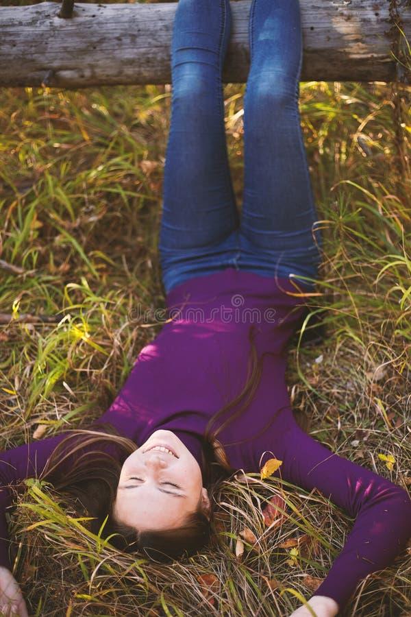 Muchacha encantadora en el parque del otoño fotos de archivo