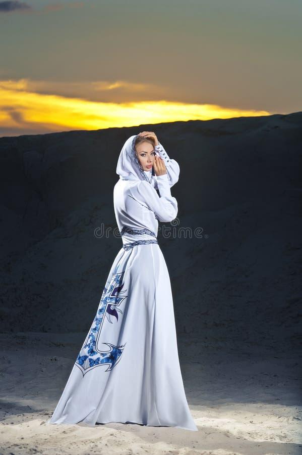 Muchacha encantadora en la playa en ropa foto de archivo libre de regalías