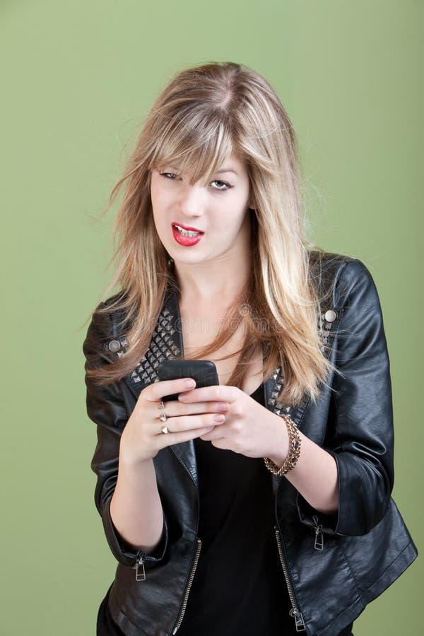Muchacha enfadada en el teléfono imagen de archivo libre de regalías