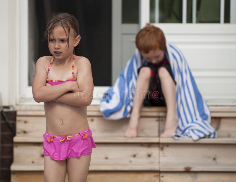 Muchacha enojada en el muchacho foto de archivo libre de regalías