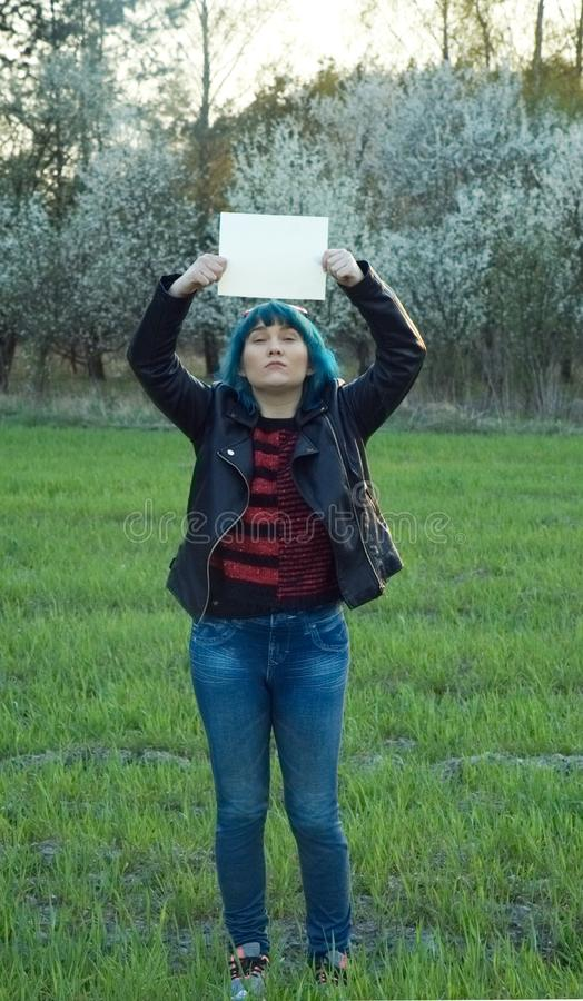 Muchacha enojada, llevando a cabo una bandera y una protesta Un lugar para su texto imágenes de archivo libres de regalías