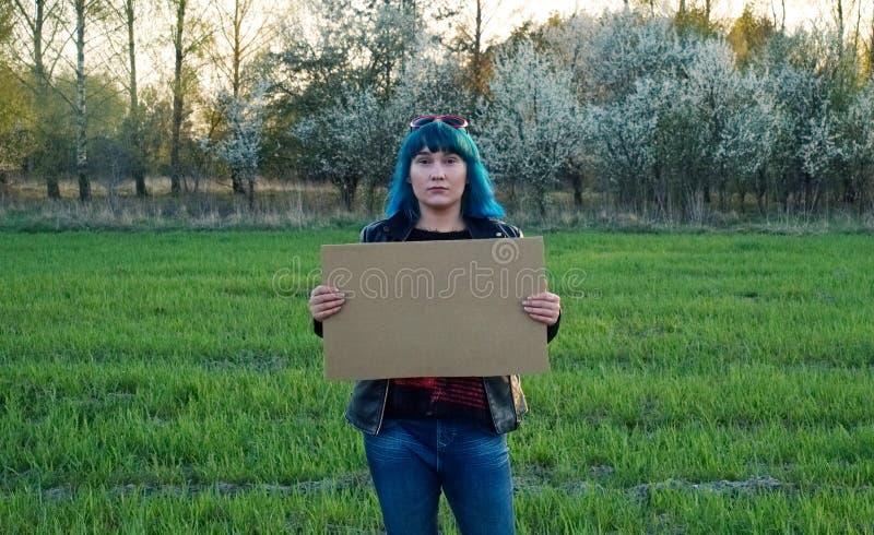 Muchacha enojada, llevando a cabo una bandera y una protesta Un lugar para su texto foto de archivo libre de regalías