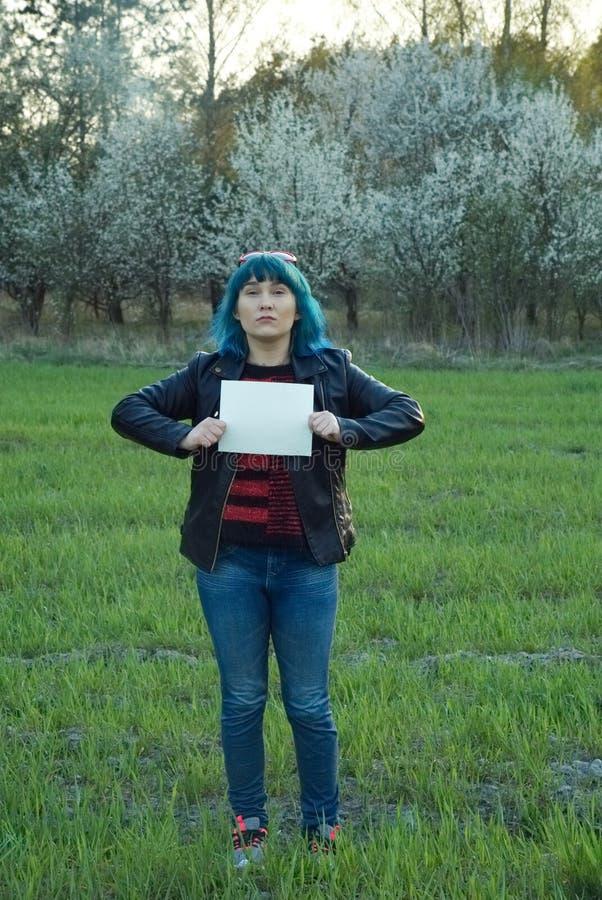 Muchacha enojada, llevando a cabo una bandera y una protesta Un lugar para su texto imagenes de archivo