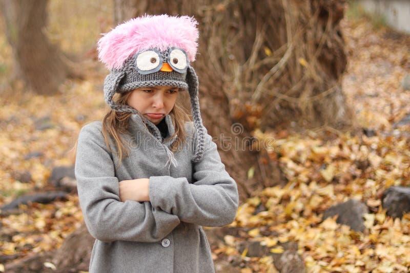Muchacha enojada y trastornada en el bosque del otoño imagenes de archivo