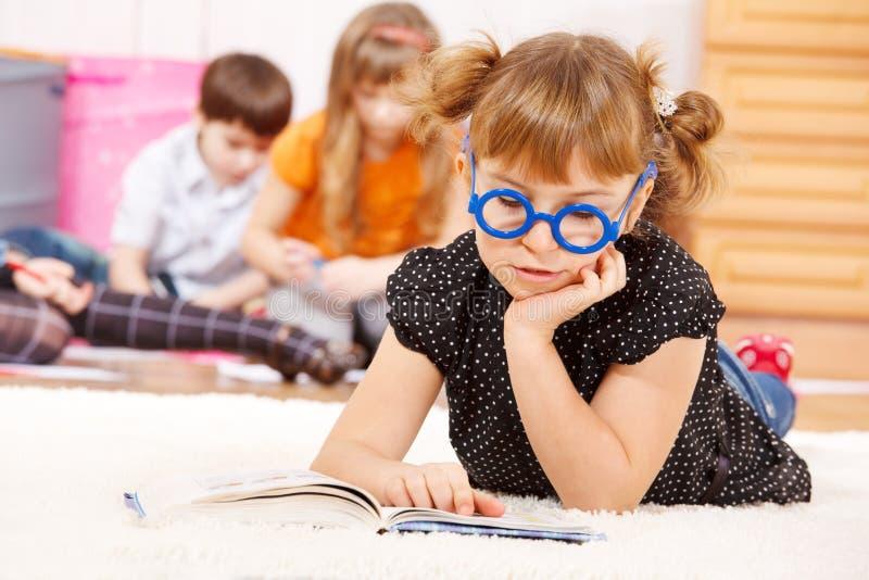 Muchacha envejecida escuela que lee un libro imágenes de archivo libres de regalías
