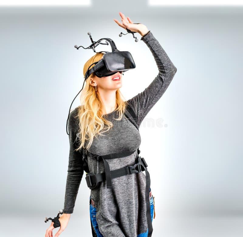 Muchacha estándar del equipo en club de la realidad virtual foto de archivo