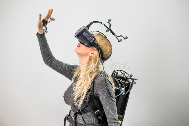 Muchacha estándar del equipo en club de la realidad virtual imagen de archivo libre de regalías