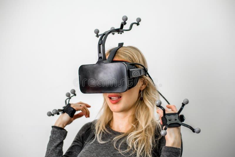 Muchacha estándar del equipo en club de la realidad virtual fotografía de archivo libre de regalías