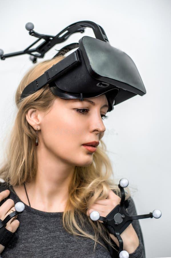 Muchacha estándar del equipo en club de la realidad virtual imagenes de archivo