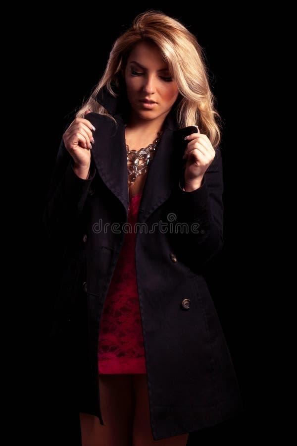 Muchacha estilizada de Latina en chaqueta negra larga fotos de archivo