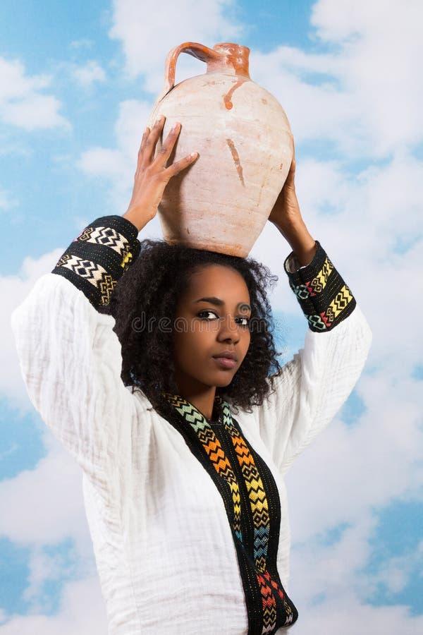 Muchacha etíope con el jarro imágenes de archivo libres de regalías