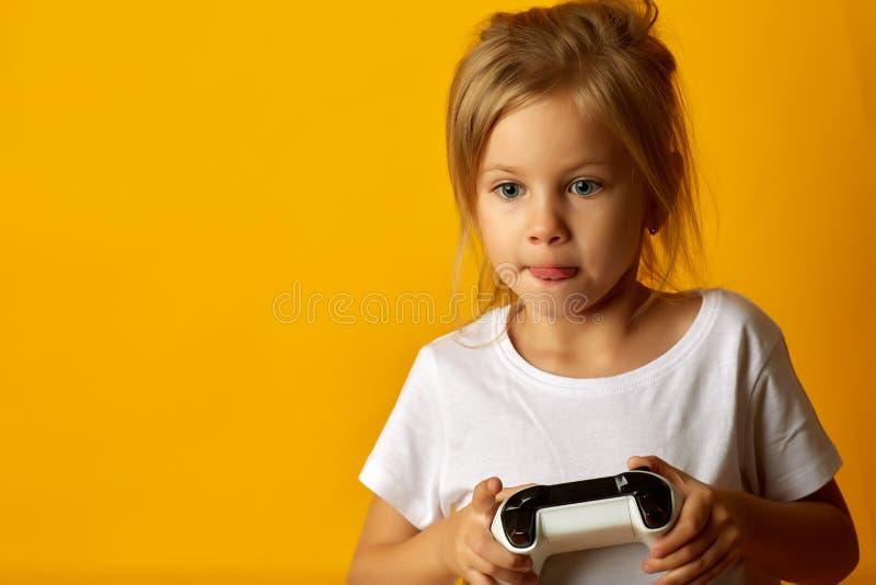 Muchacha expresiva que juega con el cojín del juego foto de archivo