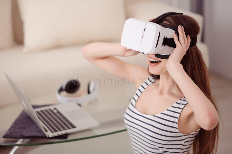 Muchacha extática que lleva el dispositivo de la realidad virtual fotografía de archivo libre de regalías