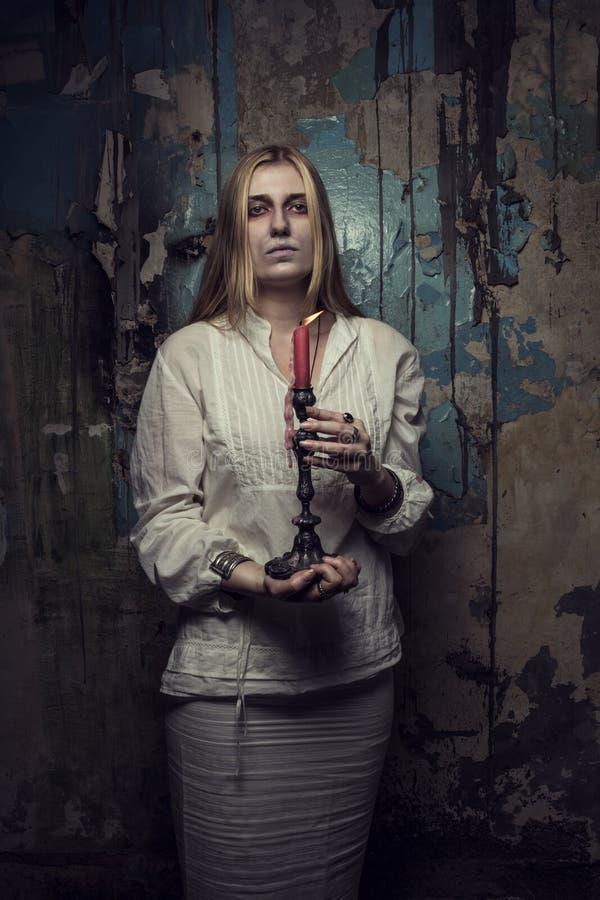 Muchacha fantasma con la vela fotografía de archivo libre de regalías