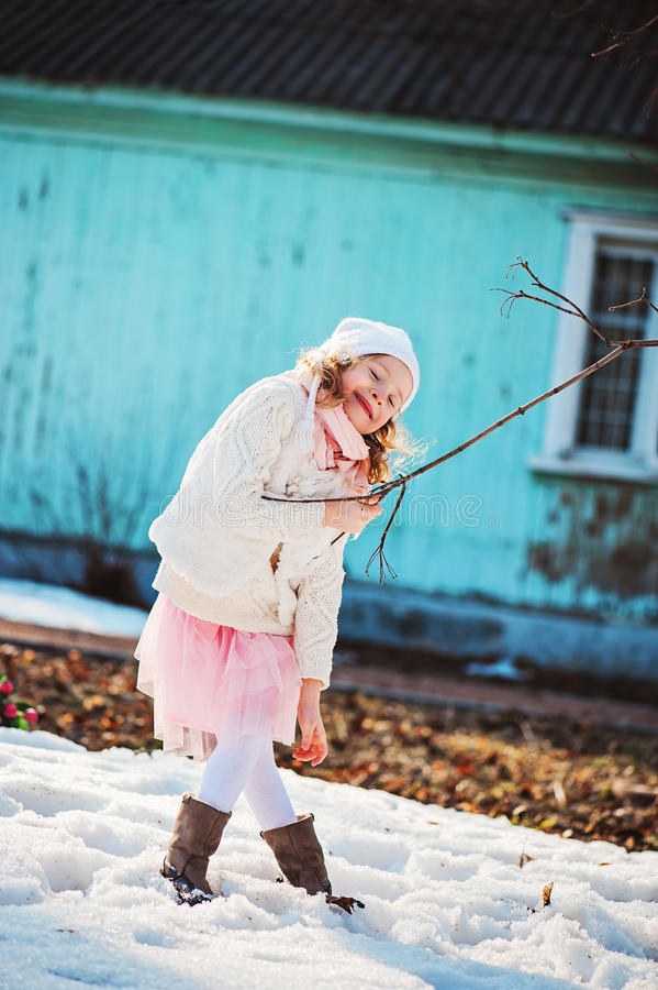 Muchacha feliz adorable del niño en el paseo en primavera temprana fotos de archivo libres de regalías