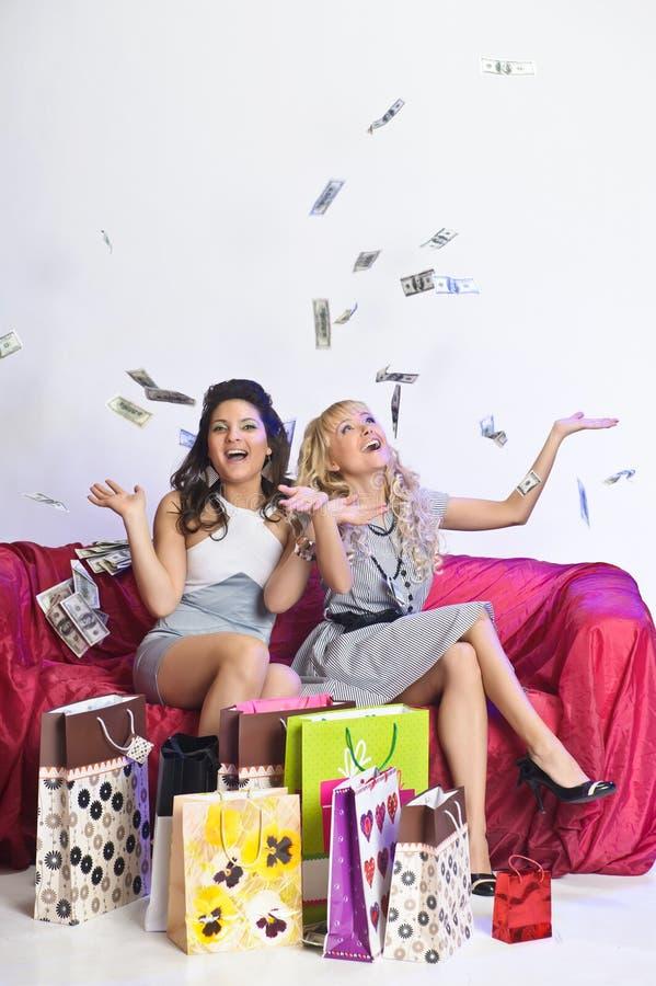 Muchacha feliz con compras y dinero imagenes de archivo