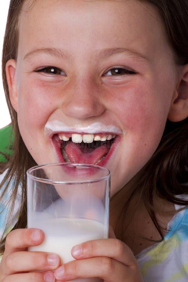 Muchacha feliz con el bigote de la leche fotografía de archivo