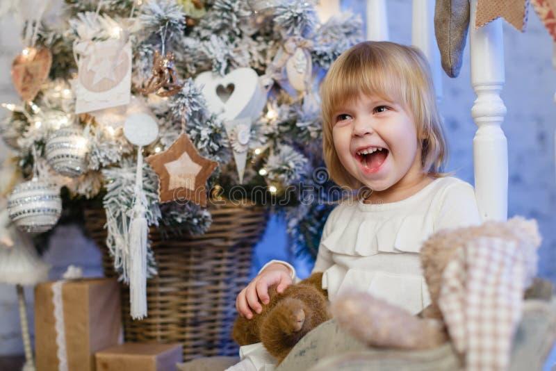 Muchacha feliz con el oso del juguete. La Navidad. imágenes de archivo libres de regalías