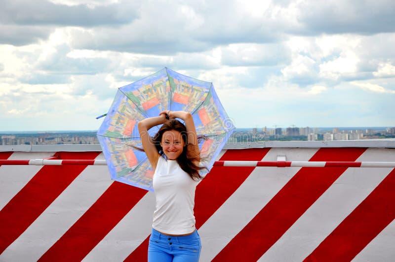 Muchacha feliz con el paraguas imagen de archivo libre de regalías