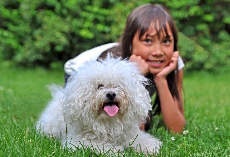 Muchacha feliz con el pequeño perro imagenes de archivo