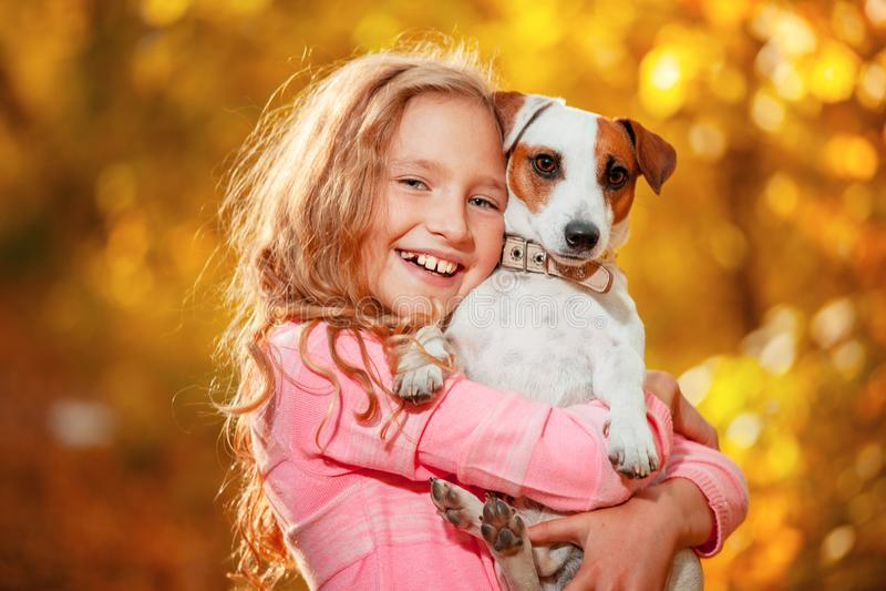 Muchacha feliz con el perro en el otoño imágenes de archivo libres de regalías