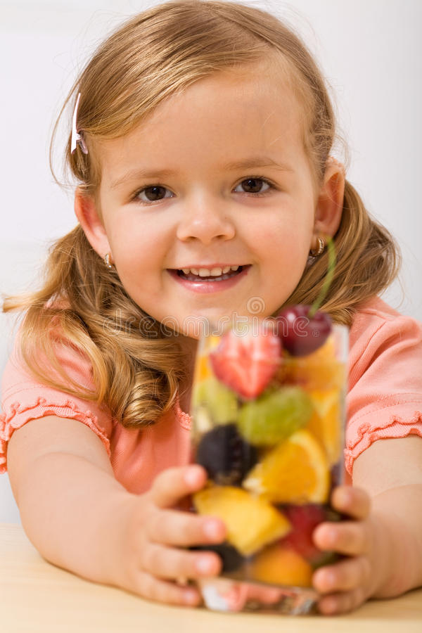 Muchacha feliz con la ensalada o la bebida de fruta fotografía de archivo libre de regalías
