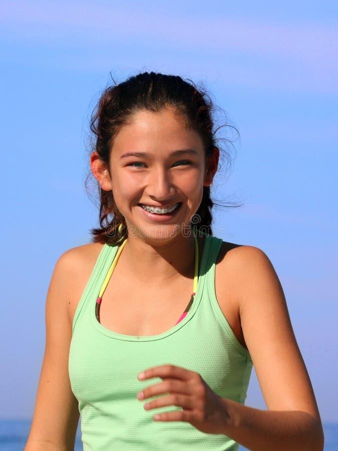 Muchacha feliz con las paréntesis fotos de archivo